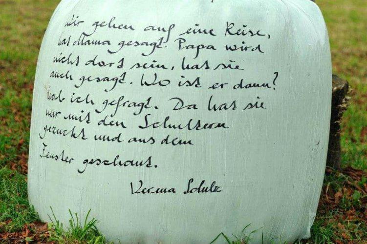 Ein Beitrag zur Heuballenliteratur auf der Art Design 2012 in Feldkirch. © Verena Schulz