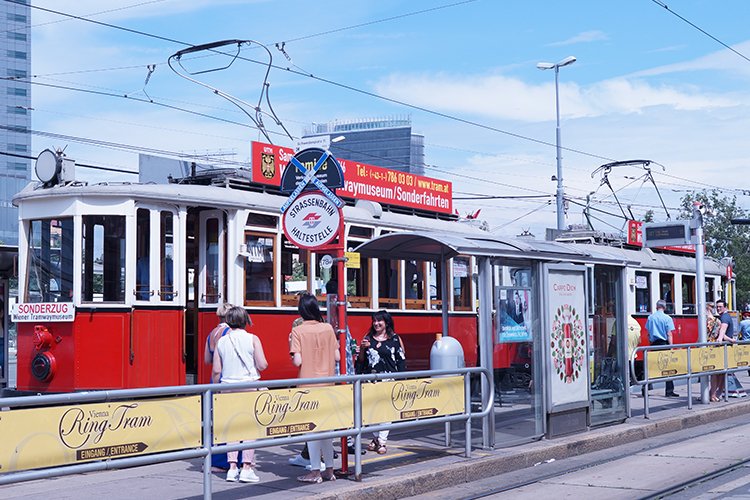 Wiens Straßenbahnen in knalligem Rotton